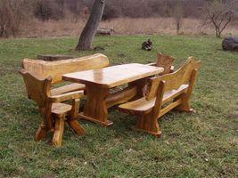 Gartenmöbel aus Holz, rustikale Tische, Stühle und Bänke